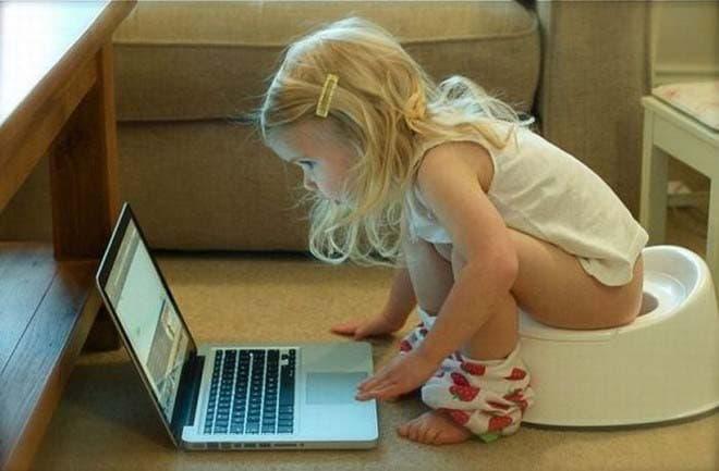 Une jeune fille multi-tâche